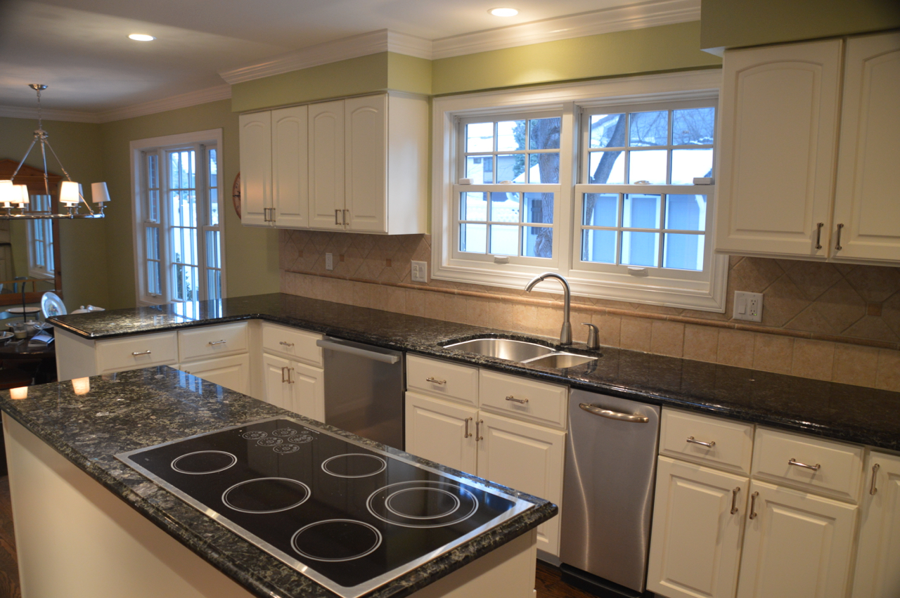 NICE! WHITE KITCHEN CABINETS,GRANITE COUNTER TOPS & STAINLESS STEEL APPLIANCES!